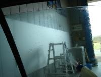 「カーフィルム施工-リアドアガラス(セダン)04」 フィルム施工面の洗浄