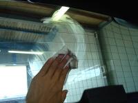 「カーフィルム施工-リアガラス(セダン)05」 貼り付け施工面の清掃